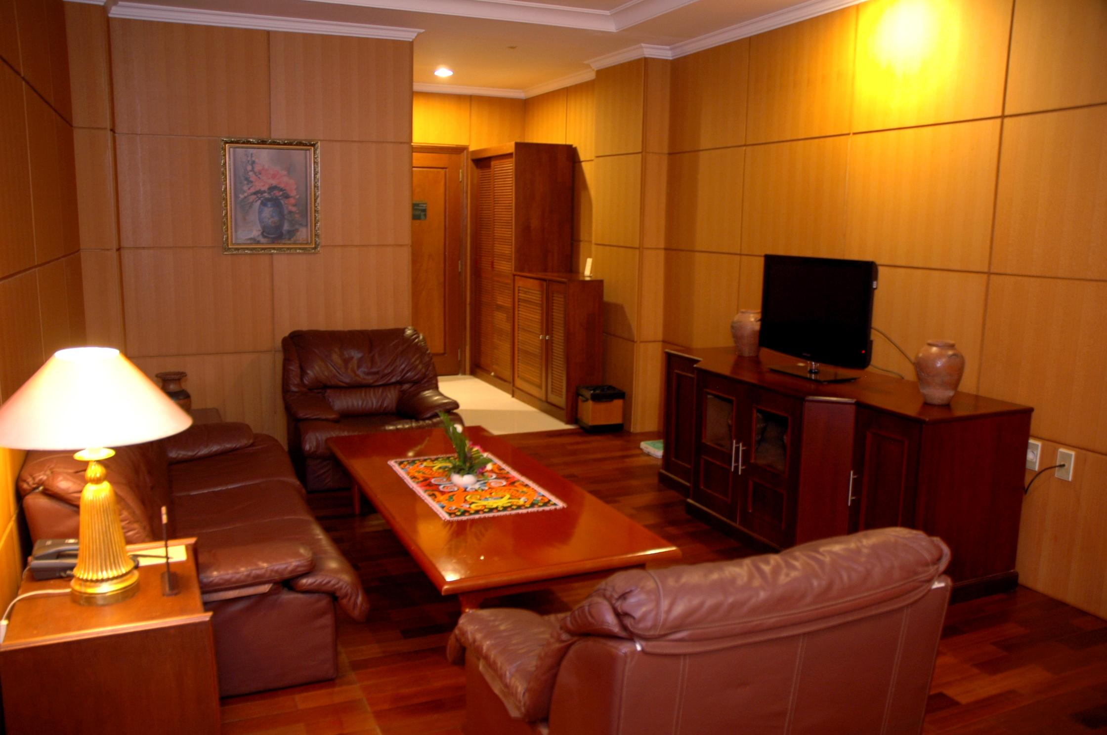 Senyiur suite room rooms bumi senyiur hotel for Living room suit